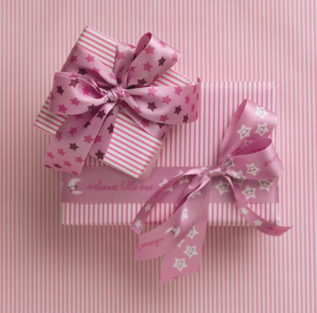 Nastri in rosa e azzurro per regali baby